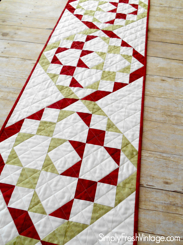 Christmas Ribbon Candy Tablerunner ... a FREE quilt pattern |SimplyFreshVintage.com